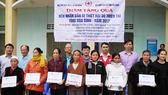 Công ty Cổ phần Tập đoàn Hòa Bình trao tặng tỉnh Hòa Bình 100 thẻ Bảo hiểm Y tế