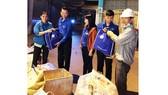Các đoàn viên Công ty XSKTHG tặng quà cho công nhân có hoàn cảnh khó khăn vào dịp Tết Nguyên đán