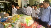 Các doanh nghiệp tham quan gian hàng triển lãm các sản phẩm gạo của Đồng Tháp