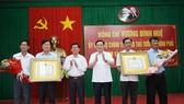 Phó Thủ tướng Vương Đình Huệ  trao Quyết định công nhận  huyện Tiểu Cần và thị xã Duyên Hải đạt chuẩn nông thôn mới