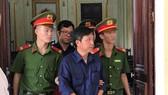 Các bị cáo được dẫn giải ra ngoài sau phiên xét xử buổi sáng 4-6. Ảnh: M.H.