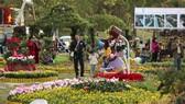 Một góc không gian hoa bên hồ Xuân Hương
