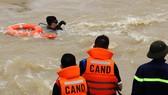 6 thợ lặn được huy động nhưng chưa tìm được nữ nhân viên vớt rác ở đập thủy lợi