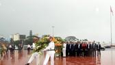 Thủ tướng dâng hoa tưởng niệm tại Tượng đài Nguyễn Sinh Sắc - Nguyễn Tất Thành