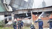 Cảnh sát PCCC Hóc Môn phá tường dập lửa ở công ty may mặc