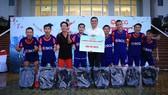 Ông Montri Mahaplearkpong trao thưởng cho Vietdream - Quận 1 vô địch khu vực TPHCM