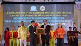 Chủ tịch UBND tỉnh Quảng Nam Đình Văn Thu (phải) trao bằng công nhận cho đại diện sở VH,TT&DL Quảng Nam