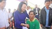 Thứ trưởng Bộ GD-ĐT Nguyễn Thị Nghĩa thăm hỏi gia đình học sinh chết đuối thương tâm
