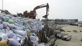 Chính quyền thành phố Hội An dùng bao cát ngăn chặn biển xâm thực tại biển Cửa Đại