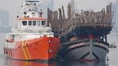 Vượt sóng trong đêm cứu 52 thuyền viên tàu cá gặp nạn ở Hoàng Sa