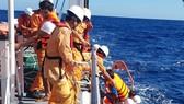 Cứu 6 thuyền viên bị chìm tàu trên vùng biển quần đảo Hoàng Sa