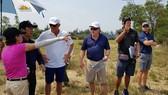 Huyền thoại golf thế giới Greg Norman (áo trắng) đến Quảng Bình thiết kế sân golf