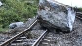 Một tảng đá làm hỏng đường ray của tuyến đường sắt Bắc Nam tại ga Lạc Sơn.