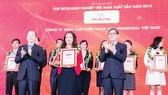 Ông Hoàng Minh Hoàn - Phó Tổng Giám đốc SCB nhận cúp và chứng nhận danh hiệu từ Ban tổ chức VNR500