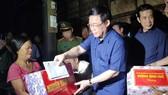 Phó Thủ tướng Vương Đình Huệ thay mặt Chính phủ tặng quà đồng bào vùng lũ Tân Hóa.