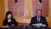 Ngoại trưởng Triều Tiên Ri Yong-ho (phải) tại buổi họp báo