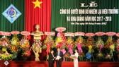 Thừa ủy quyền Bộ trưởng, Thứ trưởng Bộ GD-ĐT Bùi Văn Ga trao quyết định cho PGS.TS Hà Thanh Toàn. Ảnh: CAO PHONG