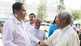 Ông Trần Thanh Mẫn (trái) chúc Giáo phận Long Xuyên mùa Giáng sinh an lành, hạnh phúc. Ảnh: NHƯ NGUYỄN