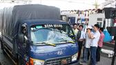 Tài xế cho xe đậu tại làn thu phí, phản ứng với nhân viên gây ách tắc giao thông. Ảnh: NGUYỄN VĂN