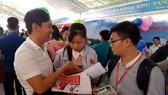 Sinh viên ĐH Y dược Cần Thơ tiếp cận trực tiếp nhu cầu tuyển dụng của các cơ quan, doanh nghiệp. Ảnh: TUẤN QUANG