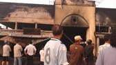 Chợ Cà Nhung cháy vào giữa khuya, gây nhiều thiệt hại. Ảnh: VĨNH THUẬN