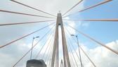 Cầu Rạch Miễu hiện tại chỉ cò làn ô tô, thường xuyên ùn ứ xe cộ. Ảnh: HÀM LUÔNG