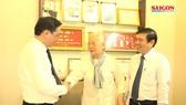 Lãnh đạo TP thăm các gia đình thầy thuốc nhân ngày Thầy thuốc VN