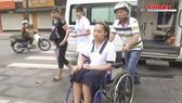 Clip: Vừa mổ xong, nữ sinh giàu nghị lực đi thi bằng xe cấp cứu