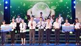 Phó Thủ tướng Thường trực Chính phủ Trương Hòa Bình và đồng chí Võ Văn Thưởng, Ủy viên Bộ Chính trị, Bí Thư TƯ Đảng, Trưởng Ban Tuyên giáo Trung ương, trao học bổng cho học sinh vùng ĐBSCL.