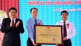 Thứ trưởng Bộ NN-PTNT Trần Thanh Nam trao bằng công nhận TP Châu Đốc hoàn thành xây dựng NTM