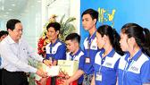 Chủ tịch Ủy ban Trung ương MTTQ Việt Nam Trần Thanh Mẫn tặng quà công nhân Công ty cổ phần may Nhà Bè - chi nhánh Hậu Giang. Ảnh: mattran