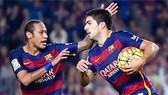 Suarez lập hat-trick, Barca buộc Real chia sẻ ngôi đầu