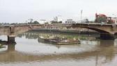 Công nhân dỡ cầu Đúc 100 tuổi rớt sông mất tích