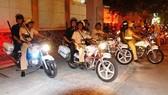 Cảnh sát giao thông phối hợp với các đơn vị nghiệp của công an TPHCM tuần tra, chốt chặn xử lý các trường hợp vi phạm giao thông. Ảnh: TUẤN VŨ