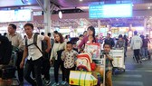 Hành khách về lại TP tại sân bay Tân Sơn Nhất