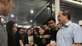 Đồng chí Bí thư Thành uỷ Nguyễn Thiện Nhân và Phó Chủ tịch Thường trực UBND TPHCM Lê Thanh Liêm tham quan  khu trưng bày, giới thiệu của cộng đồng khởi nghiệp