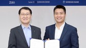 Ông Sung Ho Wi – Chủ tịch kiêm CEO của Shinhan bank và ông Vương Quang Khải – Phó tổng VNG, đại diện Zalo tại buổi ký kết