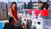 Khách hàng chọn mua máy giặt LG