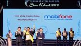 Lãnh đạo MobiFone nhận giải thưởng