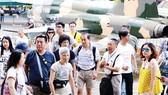 Du khách tham quan Bảo tàng Chứng tích chiến tranh TPHCM. Ảnh: VIỆT DŨNG