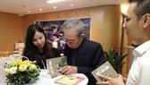 Nhà văn Ma Văn Kháng ký tặng sách tại buổi giao lưu ra mắt sách