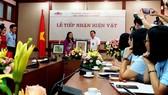 Lễ tiếp nhận bức tranh cổ động Chân dung Chủ tịch Hồ Chí Minh