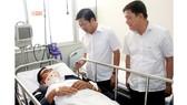 Lãnh đạo UBND quận Bình Tân thăm hỏi Hạ sĩ Phan Tấn Quốc bị thương, đang điều trị tại Bệnh viện Chợ Rẫy