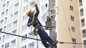 Công nhân ngành điện TPHCM thi tài an toàn lao động