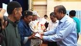 Phó Thủ tướng Thường trực Chính phủ Trương Hòa Bình tặng quà tết đồng bào dân tộc tại TPHCM