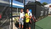 Văn Phương (áo vàng) cùng đàn em Tuấn Minh tại sân đấu