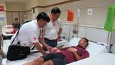 Nhà tài trợ Tôn Đông Á vào thăm động viên Lê Văn Duẩn.