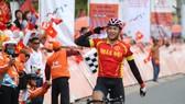 Nguyễn Huỳnh Phú Lộc ăn mừngmừng chiến thắng tại đích đến. Ảnh: HOÀNG HÙNG