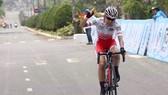 Tay đua Nhật Bản Kashiki Shoko một mình cán đích. ẢNH: DƯ HẢI