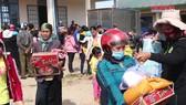 Gần 600 suất quà tết trao tặng bà con nghèo